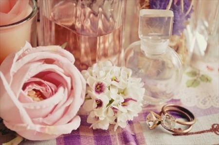 ディスプレイされた花と瓶